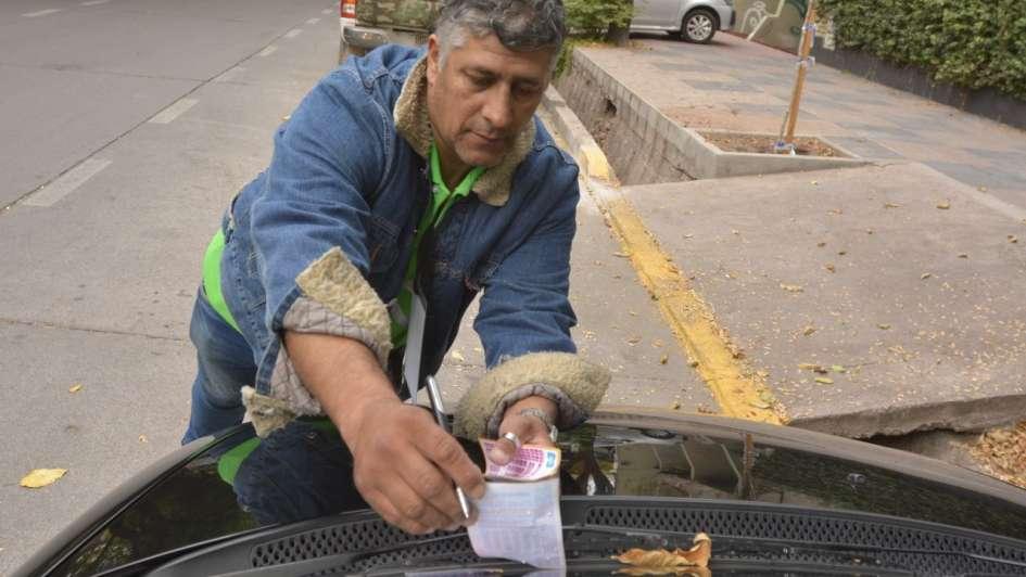 Con quejas y poca información, arrancó el estacionamiento medido en el Bombal