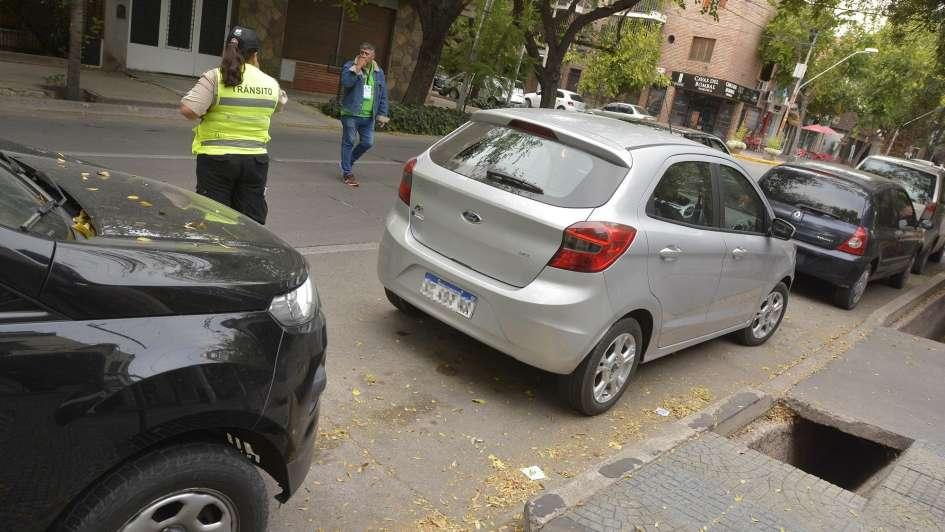 Cuidacoches de Capital piden seguir cuidando autos mientras se capacitan