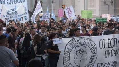 Estudiantes y docentes marcharon por Patricias desde la Legislatura a Casa de Gobierno.