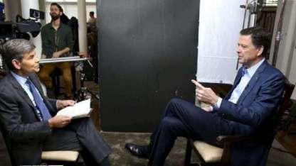 El periodista George Stephanopoulos aparece con el ex director del FBI, James Comey.