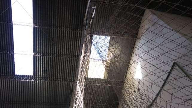 Estaba arreglando el techo de una cancha de fútbol, se cayó desde 8 metros y murió