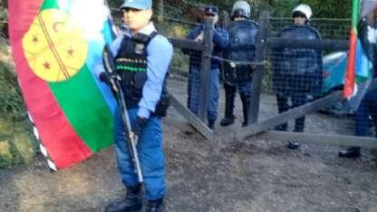 La Policía busca impedir que los mapuches se asienten en el predio.