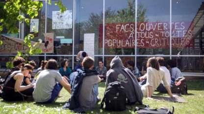 Estudiantes se reúnen en el campus de la Universidad Nanterre, al oeste de París.