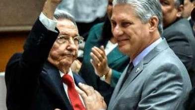 Raúl Castro saluda a Miguel Díaz-Canel en la Asamblea.