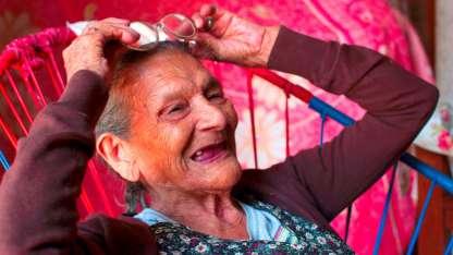 Doña Lupita se mostró feliz en su primer día de clases / AFP