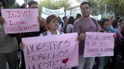 El lunes, docentes y alumnos de terciarios protestaron frente a la Legislatura.