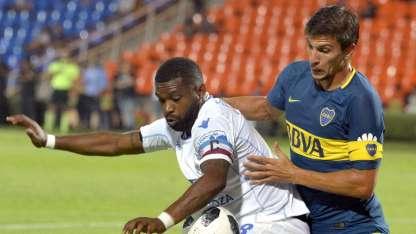 Santiago García, el goleador del campeonato, aguanta el balón ante la marca de Vergini, en el último Tomba-Boca que ganó Godoy Cruz 3-2.