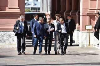 El gobernador Alfredo Cornejo (centro) rodeado por sus asesores antes de entrar a la reunión en la Casa Rosada.