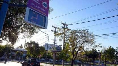 Uno de los radares colocados en Godoy Cruz en los que figura la velocidad del vehículo que pasa en ese momento.