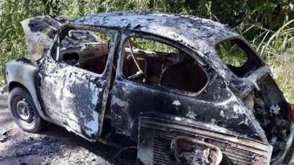 El Fiat 600 en el que supuestamente huyeron los asesinos apareció quemado.