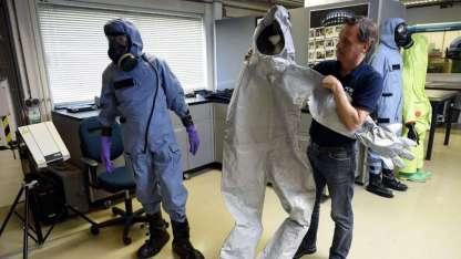 Trajes especiales, guantes, botas y máscaras protegen a los técnicos. El uso de armas químicas está prohibido por la ONU.