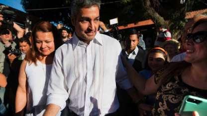 Mario Abdo Benítez saluda a sus seguidores después de votar en un colegio en Asunción.