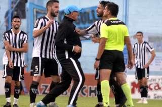 Tras un patadón que recibió Patricio Cuchi, Marcelo Fuentes ingresó al campo de juego e increpó al árbitro Lucas Novelli, de Tandil.