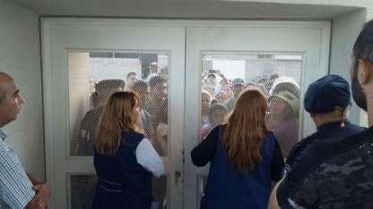 Docentes y padres quedaron separados por las puertas de la escuela.