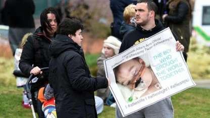 Manifestantes se congregan a diario en la puerta del hospital en el que está Alfie.