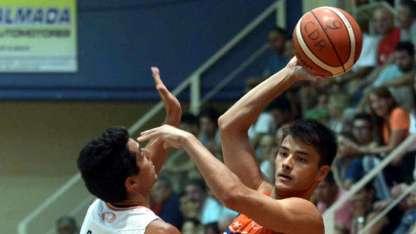 """El alero Leonardo """"Chino"""" Mosconi aportó 3 puntos en la victoria Naranja en 15'53'' de juego."""