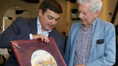 De MArchi entrega la distinción al célebre Vargas Llosa.