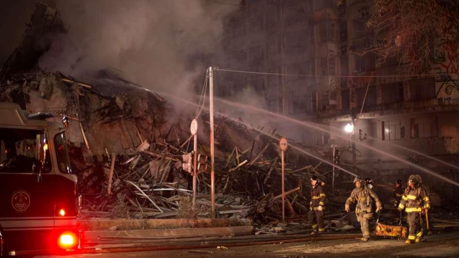Por un incendio, colapsó un edificio tomado y murió una persona