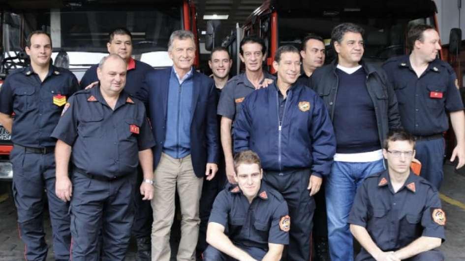 Macri compartió un saludo por el Día del Trabajador junto a bomberos en Instagram