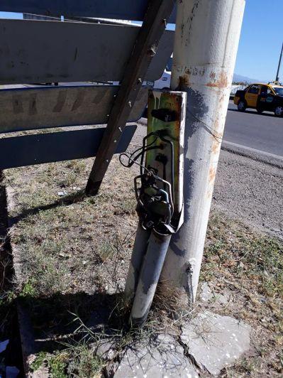 Denuncian riesgo de accidente con luminarias con cables descubiertos en el Acceso Este