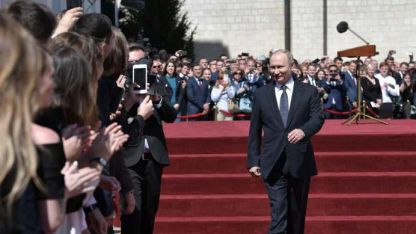 Putin, camina en la Plaza Sobornaya del Kremlin.