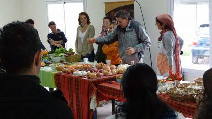 La gente del INTA juntó a varios cocineros de La Consulta para explicarles cómo mejorar sus recetas.