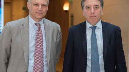 Dujovne (derecha) junto al director del Departamento de Occidente del FMI, Alejandro Werner (izquierda)