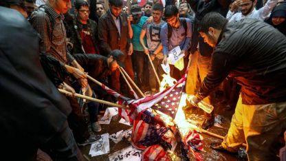 Un grupo de ciudadanos iraníes quema banderas de Estados Unidos en repudio.