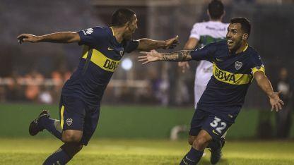 Tevez festeja con Wanchope Ábila uno de los goles con los que Boca logró el título.