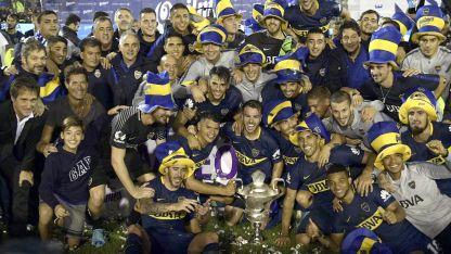 ¡Dale campeón, dale campeón! Los jugadores festejaron en el Bosque y luego la siguieron ante su propia gente en una Bombonera colmada.