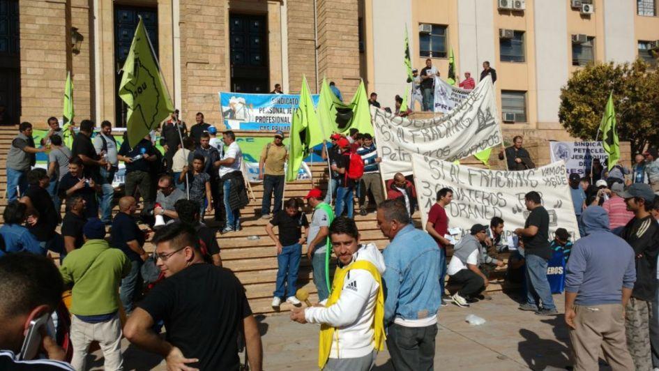 Con advertencias a ambientalistas, hubo marcha a favor del fracking en Casa de Gobierno