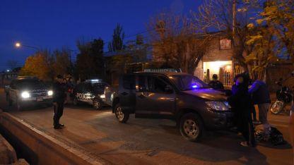 Policías requisan a dos sospechosos en una esquina de la