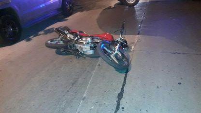 La moto quedó tendida tras colisionar con el camión.