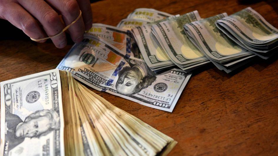 Sturzenegger prevé más inflación y da pelea al dólar