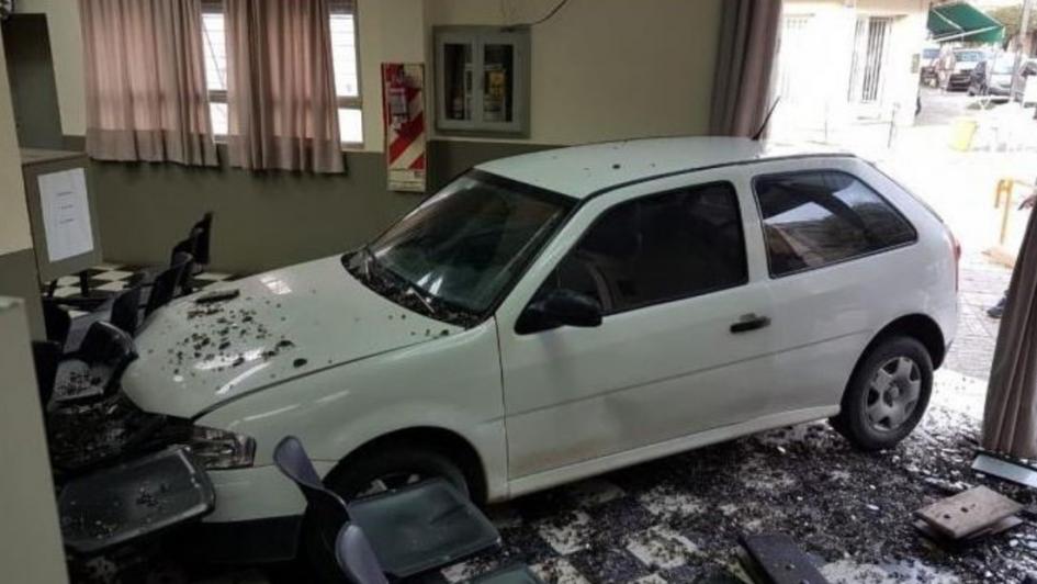 Cansada de los cortes de luz, incrustó su auto en una oficina