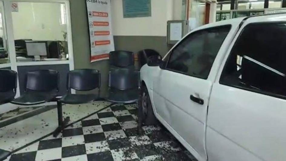 Hispana estrelló su auto contra la empresa que le corta la luz