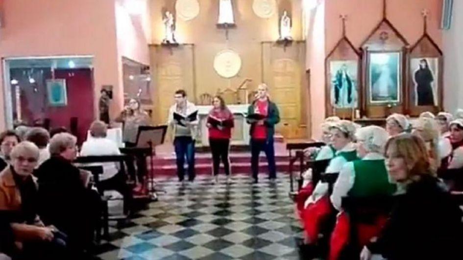 Mujer irrumpe el coro de una iglesia por un particular motivo