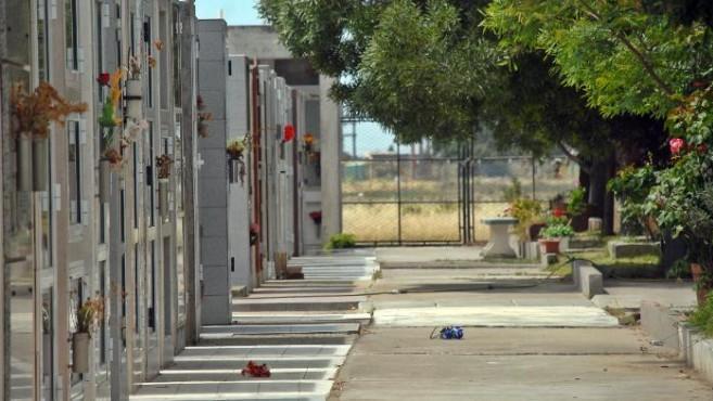 Hallan el cadáver de una mujer fuera del ataúd en Patagones e investigan si fue ultrajado