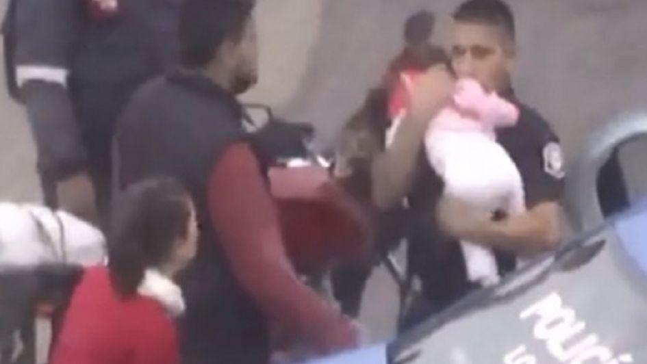 Video: un policía le hizo RCP a una beba en el patrullero y le salvó la vida