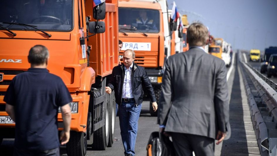Conduciendo un camión, Putin inauguró un puente que une Rusia con Crimea
