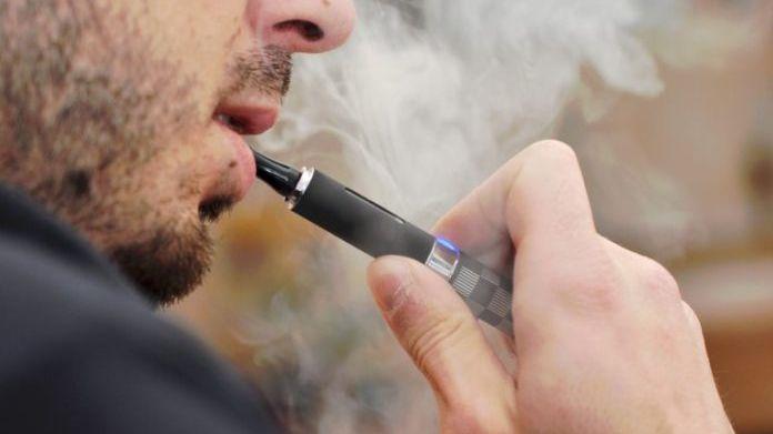 Intentaba dejar de fumar, le explotó un cigarrillo electrónico y murió