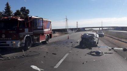La camioneta quedó destrozada tras el violento impacto.