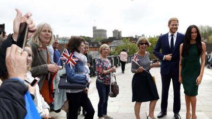 Los turistas se sacan fotos en Windsor con muñecos de la pareja.