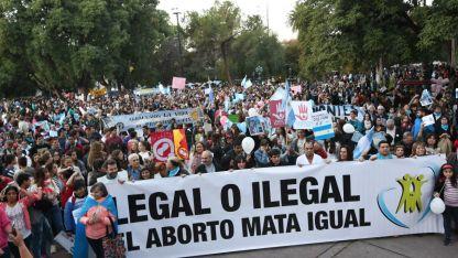 """""""Sí a la vida"""". El encuentro comenzó en Garibaldi y San Martín y luego los manifestantes marcharon hasta la plaza Independencia."""