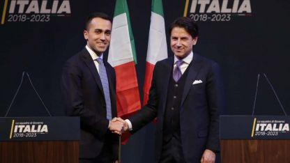Luigi Di Maio (izquierda) presenta a Giuseppe Conte, el primer ministro que eligieron M5S y la Liga.