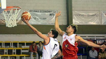 Schestakow intenta bloquear una bandeja de Arancibia, goleador de Rivadavia con 27 puntos.