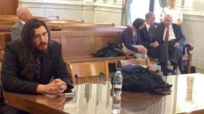 Michael Rotondo (derecha) fue obligado por la Corte Suprema de Nueva York a abandonar la casa de sus padres.