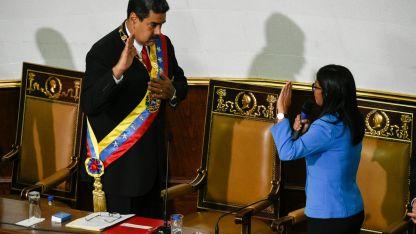 Su juramento fue rodeado de chavistas y no se llevó a cabo en el Parlamento.