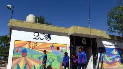 Alumnos de la escuela Dorrego, ubicada en El Carrizal, caminan 2 km para estudiar.