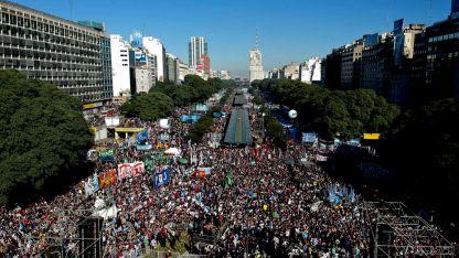 Kirchnerismo, gremios estatales y parte del PJ más combativo copó la 9 de Julio del Obelisco hacia el sur.